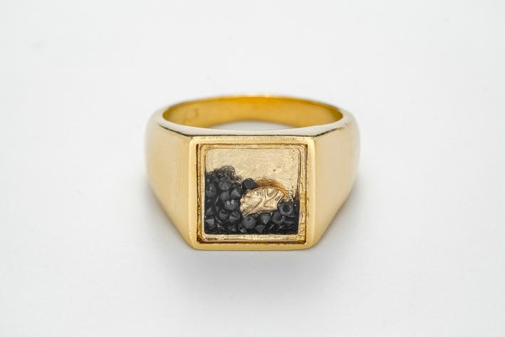 Anello Shaker in argento placcato oro, zaffiri neri chiusi da vetro zaffiro