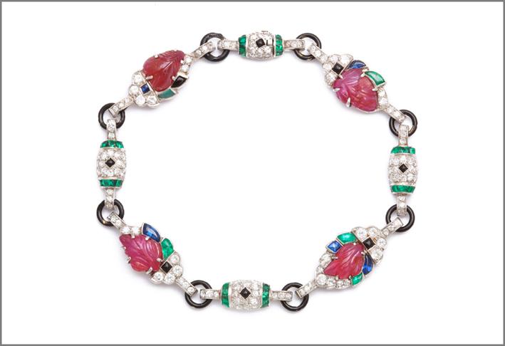 Bracciale art déco in platino con diamanti, smeraldi, zaffiri, rubini, smalto