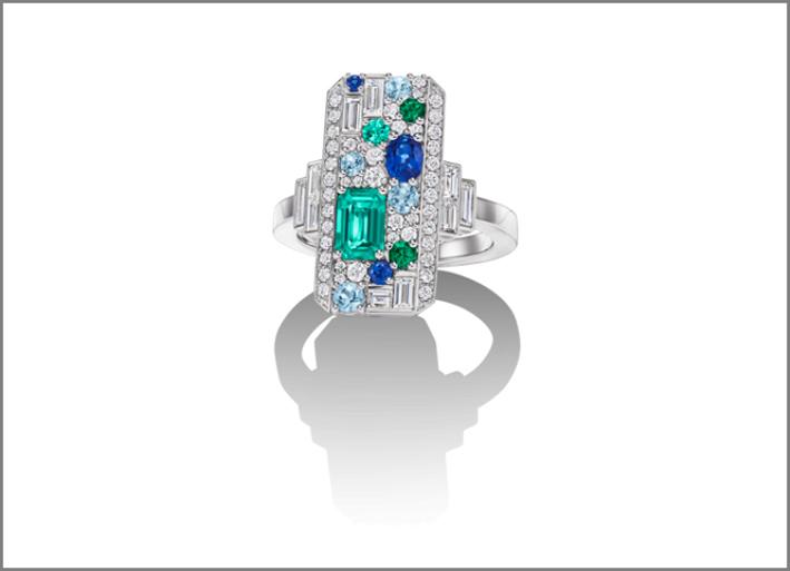 Anello ispirato a Central Park con diamanti, smeraldi, zaffiri, acquamarina