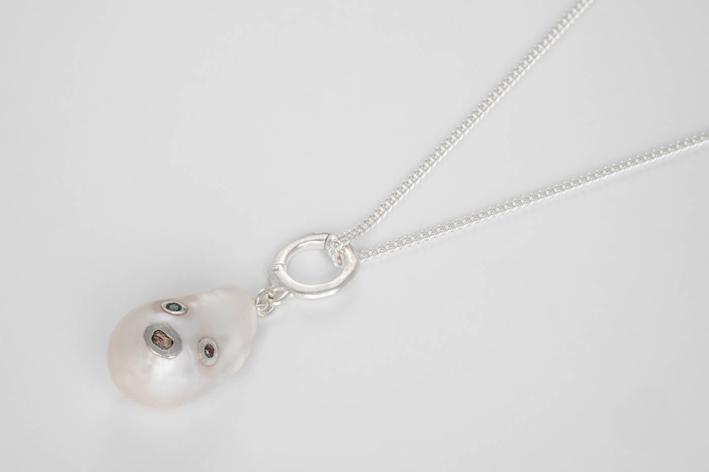 Collana con perla barocca, due diamanti con taglio a rosa e uno smeraldo