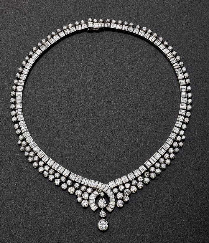 Collana composta da diamanti taglio baguette contornati da una corona di diamanti taglio brillante per un totale di 52 carati, con un diamante centrale di 1,57 carati