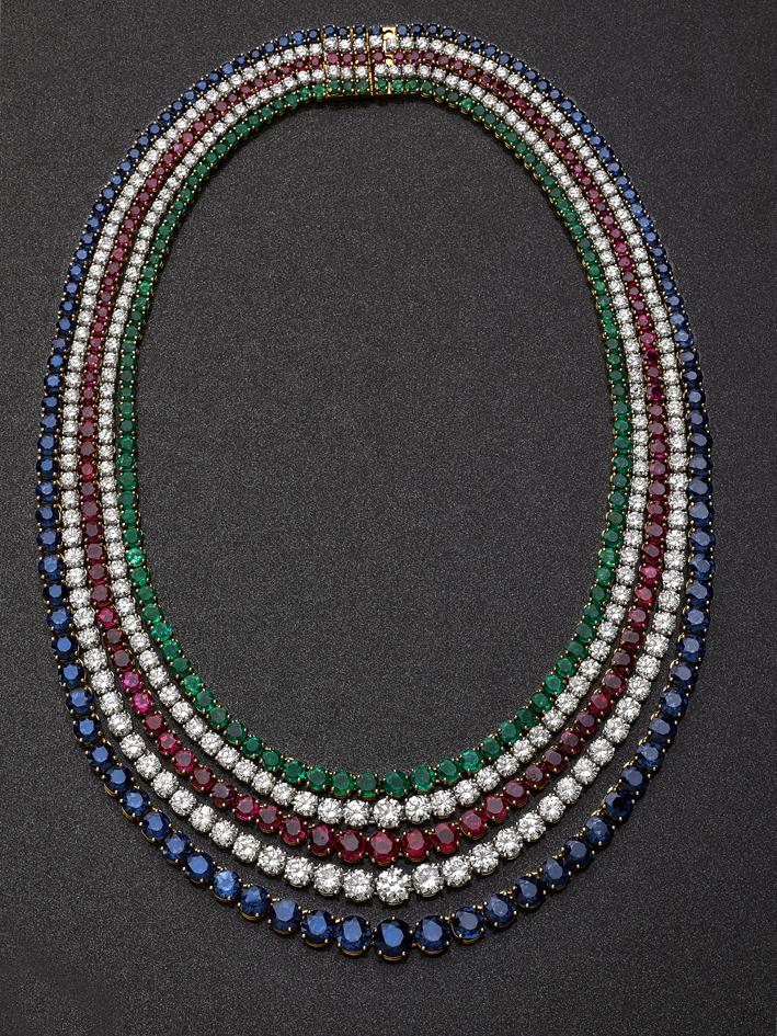 Collana composta da cinque fili, due di diamanti (43 carati), uno di smeraldi (18 carati), uno di zaffiri (63,56 carati) e uno di rubini ( 34,07 carati)