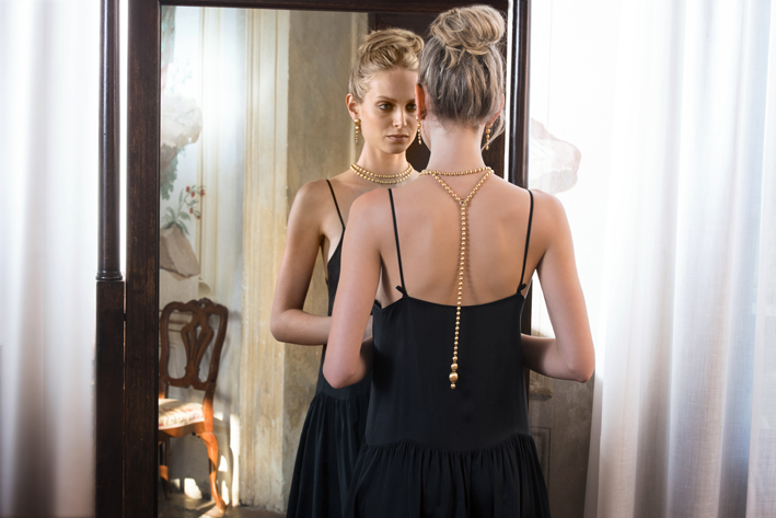 La collana di Nanis indossata sulla schiena