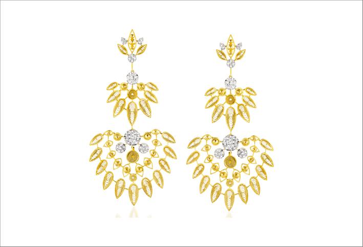 Orecchini in oro giallo 19,2 carati, con diamanti. La parte inferiore del gioiello è rimovibile