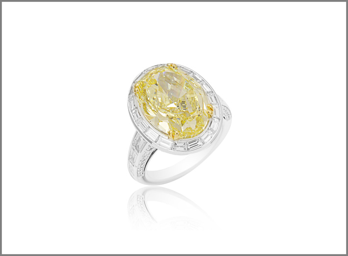 Picchiotti, platinum ring, diamond oval cut natural color fancy intense yellow SI1, 10,10 carati