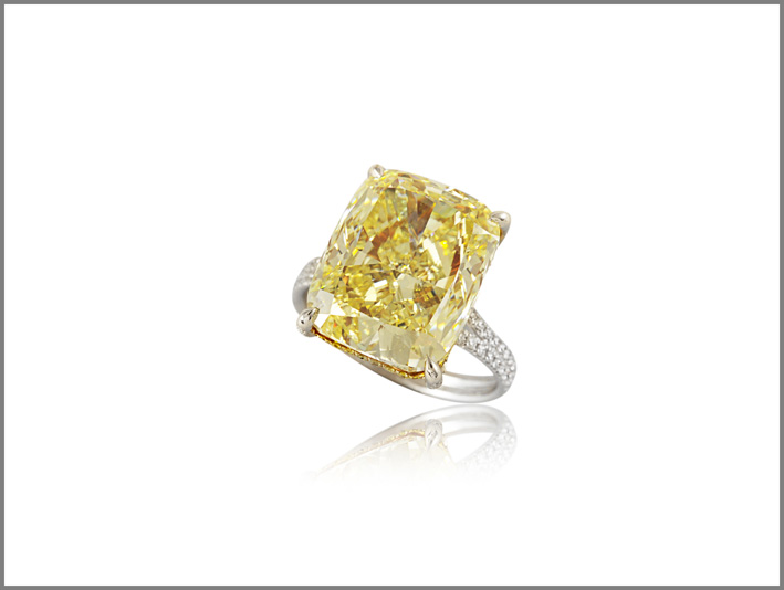 Picchiotti, anello con diamante fancy intense yellow da 11,07 carati, taglio cuscino