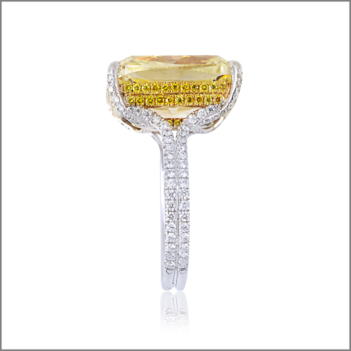 Picchiotti, anello con diamante fancy intense yellow da 11,07 carati