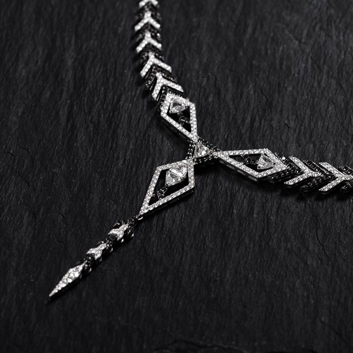 Alessa, collana con diamanti bianchi e neri della Amara Collection