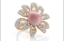 Anello in oro rosa, diamanti e rara perla conch