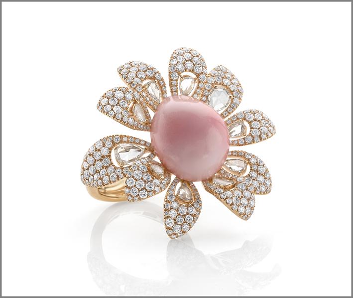 Anello in oro rosa, diamanti e rara perla conch