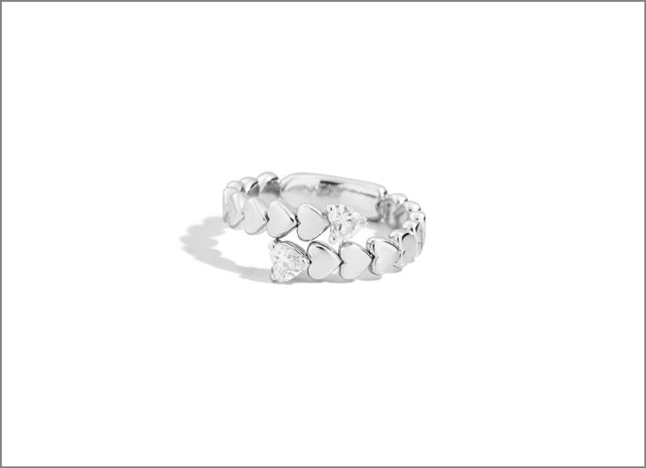 Anello in oro bianco con diamanti a cuore