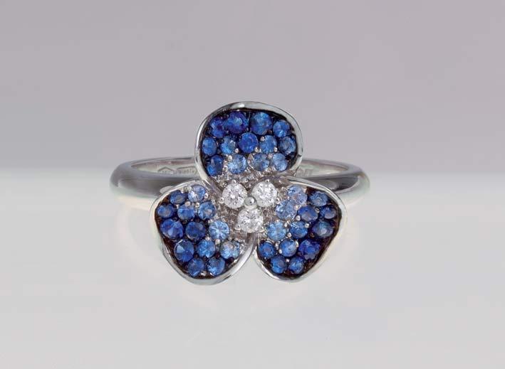 Anello in oro bianco con diamanti e zaffiri
