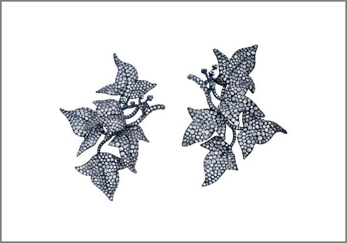 Jar, orecchini Ivy Leaves, incastonati con diamanti a taglio singolo in argento e oro