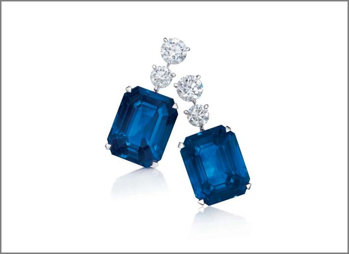 Orecchini con zaffiri di 40.29 e 38.60 carati e diamanti bianchi taglio circolare di David Morris