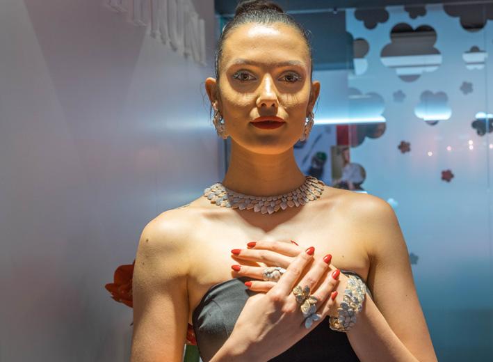 Modella con i gioielli di Pasquale Bruni