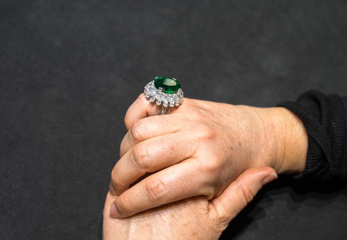 Anello con grande smeraldo di Picchiotti