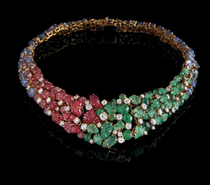 Collana della demi-parure di Scavia composta da girocollo e orecchini con rubini birmani (36 carati), smeraldi colombiani (45 ct) e zaffiri (64 ct)