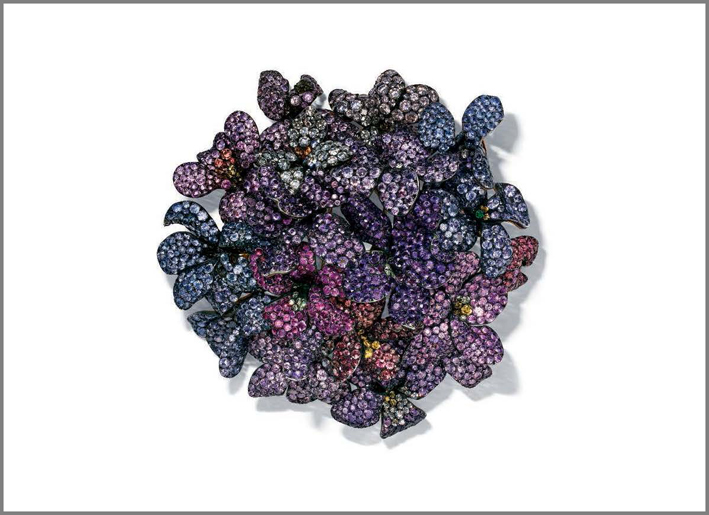 spilla multi-gemma Bouquet of violets è stata creata nel 1993 e comprende tormaline rosa, rubini, zaffiri, diamanti colorati e incolori, granati verdi e tanzaniti