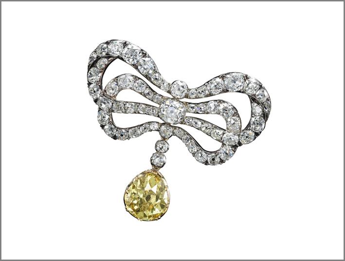 Spilla a doppio nastro con diamanti bianchi appartenuto alla regina di Francia. Successivamente arricchita con il diamante giallo