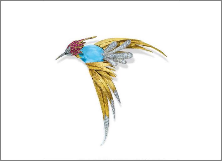 Spilla di Pierre Sterlé che raffigura un uccello del Paradiso con rubini, diamanti e acquamarina