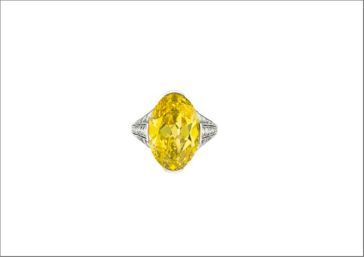 Anello con diamante fancy vivid yellow di 80,9 carati