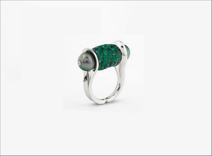 Ginger ring, in oro bianco, smeraldi e perle