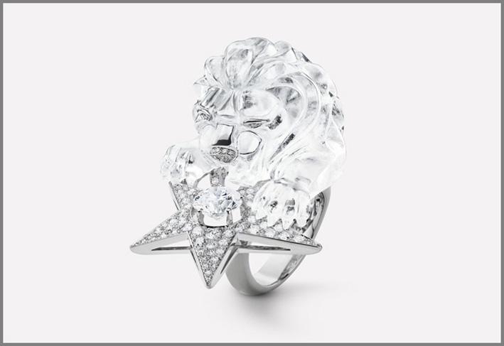 Anello con leone scolpito in cristallo di rocca, oro bianco e diamante