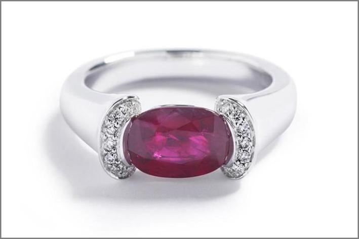 Anello in oro bianco con diamanti e rubino ovale