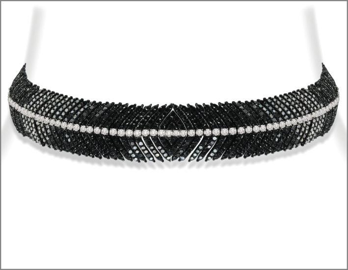 Il choker convertibile in braccialetto con diamanti neri e bianchi. The Diamond Feather Collection