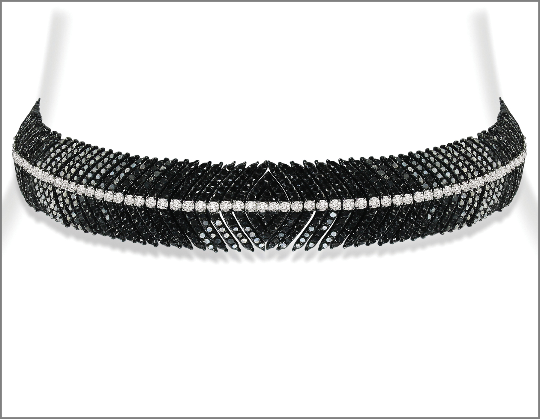 Il choker convertibile in braccialetto con diamanti neri e bianchi. The Diamond Feather Collection