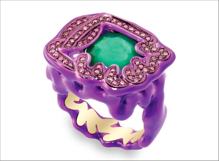 Anello con smeraldo, diamanti viola, ceramica, lacca, oro giallo