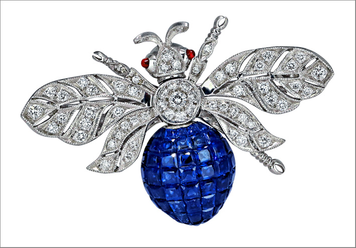 Spilla in oro bianco, diamanti, zaffiri blu