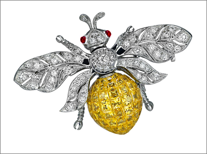 Spilla in oro bianco, diamanti, zaffiri gialli