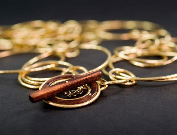 Collana in oro con pendente in legno