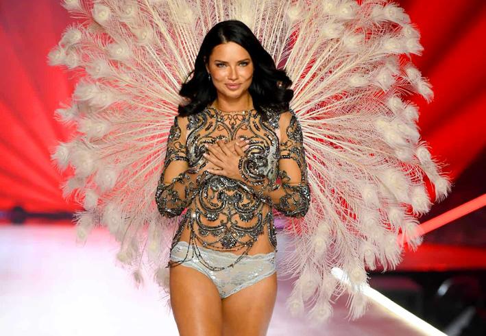 Adriana Lima, 39 anni, per lei l'ultima sfilata come angelo di Victoria's Secret
