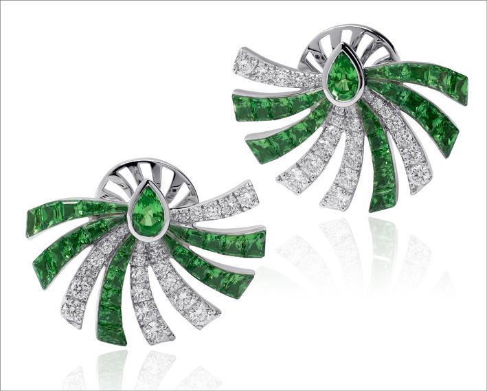 Orecchini con diamanti e tsavoriti, collezione Persuasion di Stenzhorn