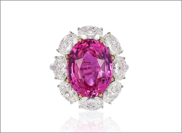 Anello con zaffiro rosa naturale circondato da diamanti