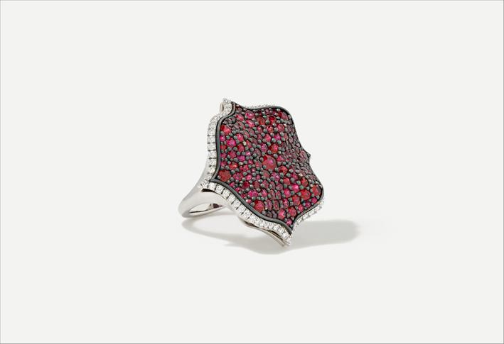 Anello in platino con diamanti e rubini
