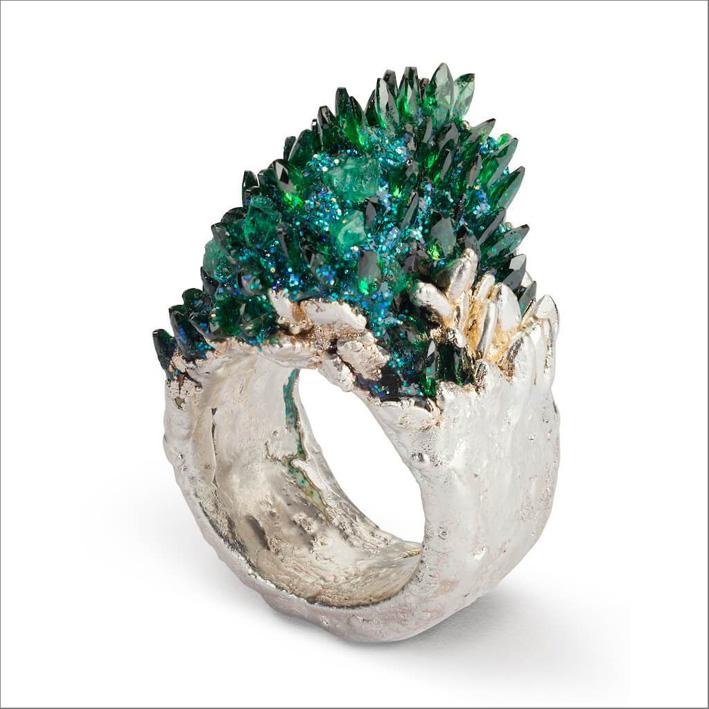 Anello con zirconi, smeraldo grezzo, resina, glitter, argento