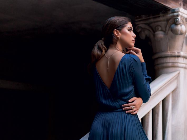 La modella Nadia Aviles Garcia con i gioielli della collezione Stretch Nuvola