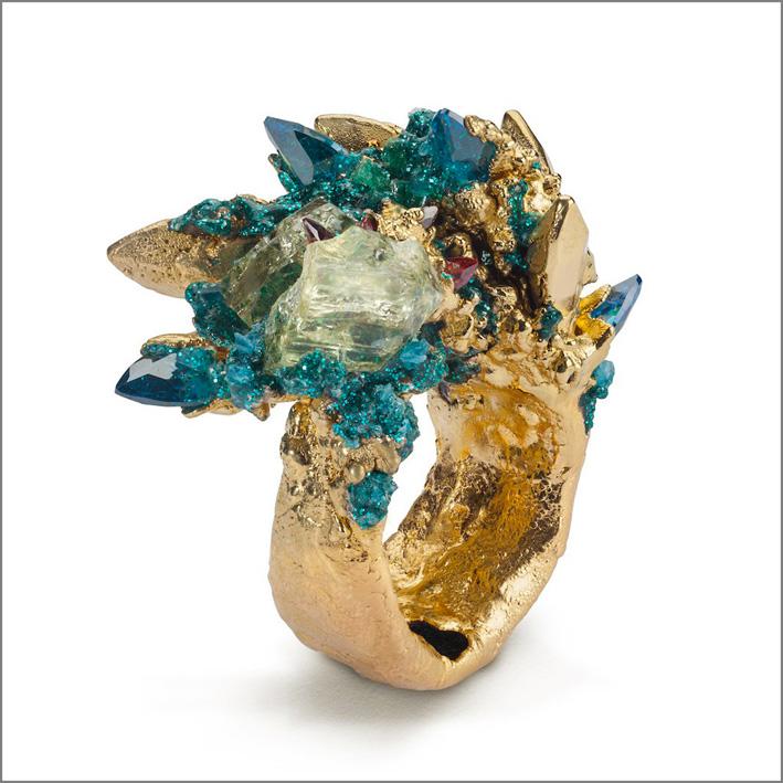 Anello con zirconi, rubino grezzo, resina, glitter, argento placcato oro