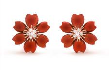 Orecchini della collezione Rose de Noël di Van Cleef & Arpels