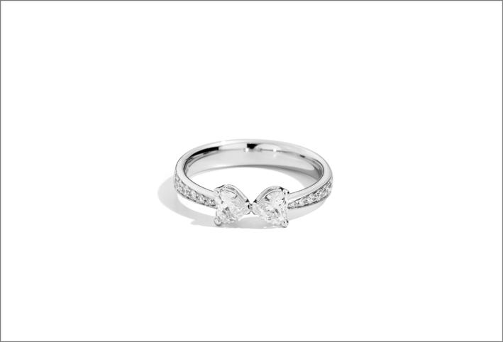 Anello con diamanti sul gambo e diamanti a cuore
