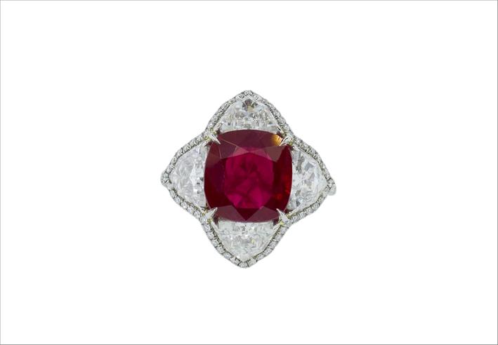 Anello in platino con diamanti e rubino al centro