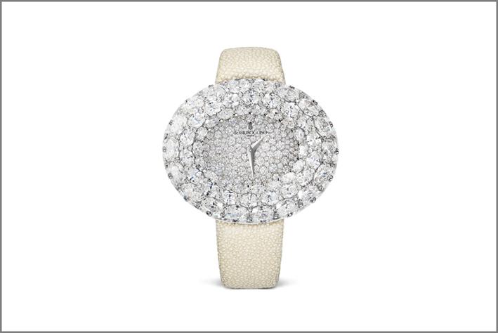 Cassa in oro bianco con 128 diamanti bianchi taglio brillante e 72 diamanti bianchi ovali. Quadrante  con 148 diamanti bianchi da 2,60 ct  e lancette Dauphine in rodio. Cinturino: bianco galuchat. Chiusura pieghevole tripla in oro bianco con 95 diamanti bianchi