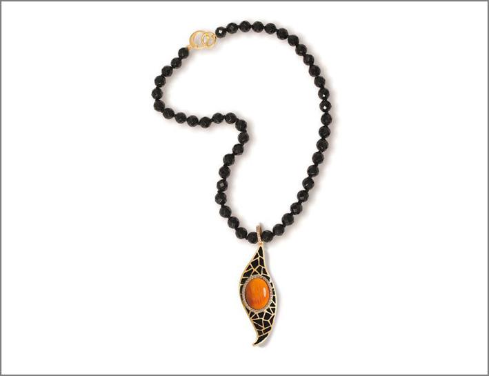 Misis, collana in argento placcato oror 18 carati, zirconi bianchi, smalto nero, onice, conchiglia naturale