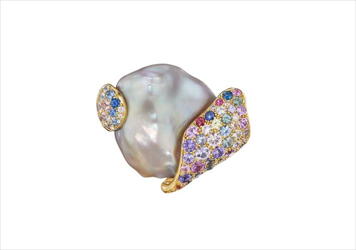 Perla di acqua dolce, oro e zaffiri di diversi colori