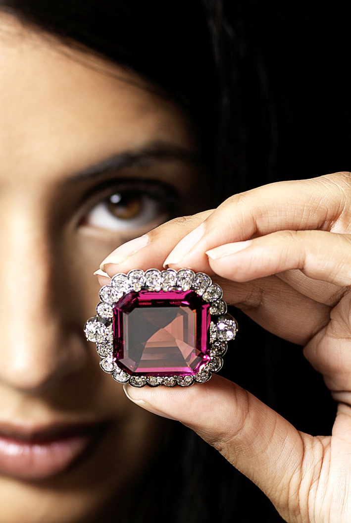 The Hope Spinel ha stabilito un nuovo record mondiale a un'asta di Bonhams