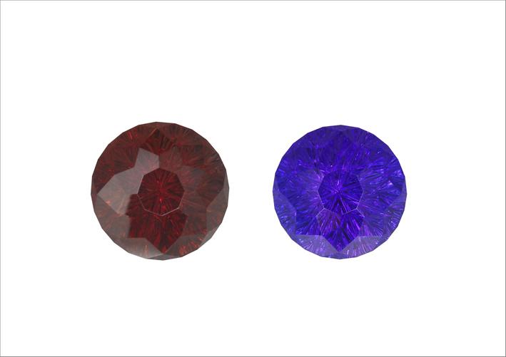 A sinistra, una tanzanite prima di essere riscaldata. A destra, la tanzanite dopo il trattamento con il calore