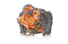 Wendy Yue, bracciale con corallo, diamanti, zaffiri, oro